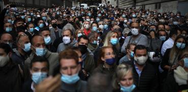 מסעדנים ובעלי ברים במרסיי יוצאים בהמוניהם בתהלוכת הפגנה נגד הממשלה שהכריזה לסגור את עסקיהם / צילום: Daniel Cole, Associated Press