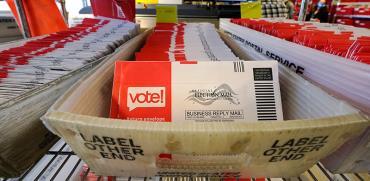 טפסי ההצבעה במשרדי הדואר של מדינת וושינגטון / צילום: Elaine Thompson, Associated Press