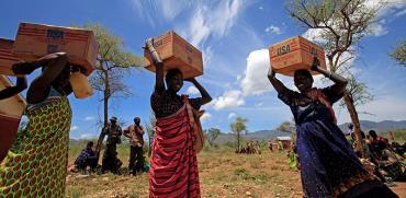 נשים סודאניות נושאות תרומות שמן מארגון המזון העולמי. שטחי חקלאות ענקיים / צילום: רויטרס