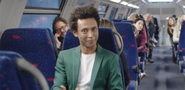 יוסי ואסה מככב בקמפיין החדש של רכבת ישראל ומשרד התחבורה / צילום: מתוך הפרסומת של רכבת ישראל