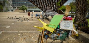 עגלה של דייר רחוב על רקע כיכר רבין / צילום: שלומי יוסף