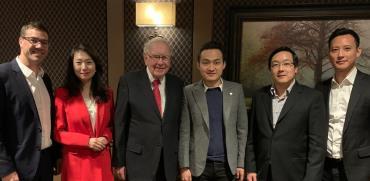 """אורחי ארוחת הערב באומהה עם וורן באפט: יוני אסיא (משמאל), הלן היי, באפט, ג'סטין סאן, צ'רלי לי וכריס לי   / צילום: Tron, יח""""צ"""