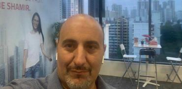 """יגן משה, מנכ""""ל שמיר אופטיקה, שנצור בסינגפור / צילום: תמונה פרטית"""