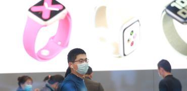 חנות של אפל בסין שנפתחה מחדש. החברה נפגעה במכירות המכשירים, אבל צומחת בשירותים   / צילום: רויטרס