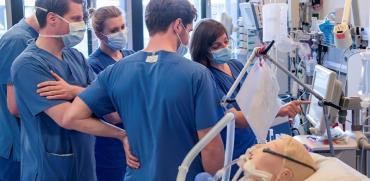 רופאים מקבלים תדרוך על מכונת הנשמה חדשה בבית חולים בהמבורג בגרמניה בשבוע שעבר / צילום: רויטרס