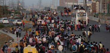 עובדים הודים מתחילים את המסע מניו דלהי הביתה / צילום: Altaf Qadri, AP