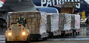 פריקה של מיליון מסיכות N95, שהגיעו מסין לבוסטון ביום חמישי / צילום: Jim Davis, Associated Press