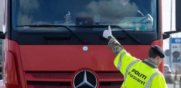 שוטר במעבר הגבול הסגור בין דנמרק לגרמניה / צילום: Ritzau Scanpix, רויטרס