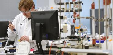 """חוקר במעבדת ביוטכנולוגיה בארה""""ב עובד במסגרת חיפוש אחר חיסון לנגיף הקורונה / צילום: Jessica Hill, Associated Press"""