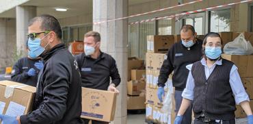 חלוקת חבילות סיוע לנזקקים בחיפה / צילום: ברק סלע