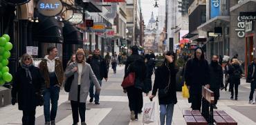 שדרה מרכזית בשטוקהולם, שבדיה. חנויות פתוחות והמון אנשים בחוץ, עסקים כרגיל. / צילום: David Keyton, Associated Press