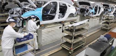 עובדים סינים במפעל רכב במדינה, בחודש שעבר / צילום: Ng Han Guan, Associated Press