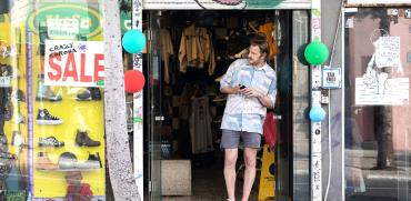 מוכר בכניסה לחנות מחכה ללקוחות. העסקים מתקשים לחזור לשגרה לאחר תקופת הסגר הממושכת / צילום: כדיה לוי, גלובס