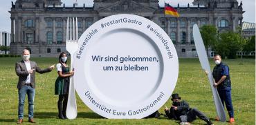 מחאת המסעדנים שנפגעו ממגפת הקורונה מול הבונדסטג בברלין / צילום: DPA, Associated Press