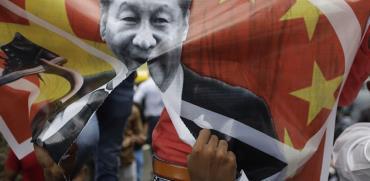 מפגין הודי קורע תמונה של נשיא סין שי ג׳ינפינג, בחודש שעבר בעקבות הסכסוך על הגבול שהביא למותם של 20 חיילים הודים / צילום:  Ajit Solanki, Associated Press