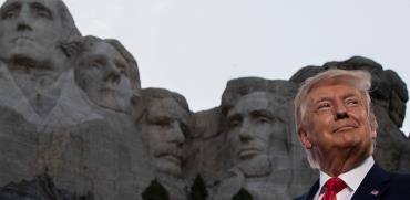 """הנשיא טראמפ עומד ברקע פסלי ראשי הנשיאים של ארה""""ב, של הר ראשמור המפורסם / צילום: Alex Brandon, Associated Press"""