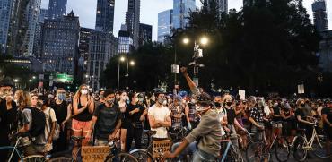 מפגינים נגד אלימות משטרתית. הרפובליקאים הצעירים קרובים יותר בדעותיהם לבני דורם הדמוקרטים / צילום: John Minchillo, Associated Press