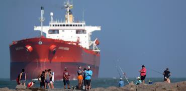 מיכלית ליד טקסס, מאי. נפט שמאוחסן במכליות בים ירד ב־35 מיליון חביות ביוני מהשיא במאי / צילום: Eric Gay, Associated Press