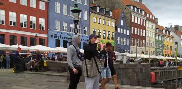 הסגר הוסר. צעירים בקופנהגן מסתובבים ללא מסכות במרחבים הפתוחים והסגורים / צילום: קתרין צ'מרינסקי