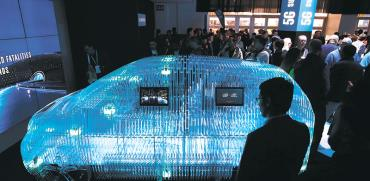 מודל של מכונית עם הסנסור של מובילאיי מוצג בתערוכת CES. בעזרתה אינטל שואפת להפוך לשחקן מרכזי בתחבורה החכמה / צילום: John Locher, Associated Press