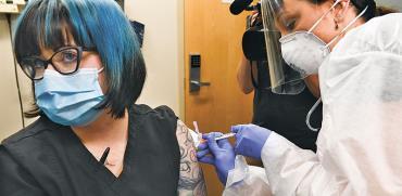 ניסוי בחיסון לקורונה של חברת מודרנה בניו יורק   / צילום: Hans Pennink, Associated Press