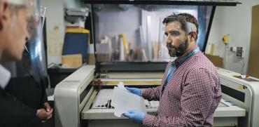 הדפסת תלת־ממד של מסכות מגן נגד קורונה בצרפת / צילום: Moritz Thibaud/ABACA, רויטרס