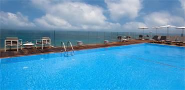 """הבריכה במלון קרלטון / צילום: מלון קרלטון ת""""א, יח""""צ"""