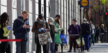 אנשים מחכים בתור לקניות בסופרמרקט במדריד, ספרד / צילום: Manu Fernandez, AP