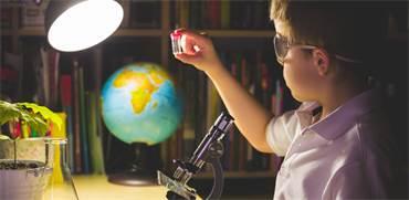 ניסוי מדעי בבית הספר / צילום: שאטרסטוק