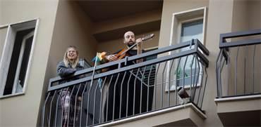 תושבי מילאנו שרים במרפסת בזמן הסגר הקורונה / צילום: Luca Bruno, Associated Press