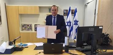 שר האנרגיה יובל שטייניץ בחתימת ההסכם להקמת ארגון הגז האזורי איסטמד / צילום: משרד האנרגיה