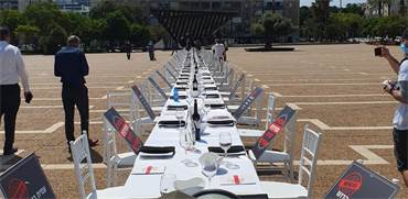 """מיצג מחאה במרכז תל אביב – """"שולחן הסדר הנטוש"""" / צילום: מטה המאבק להצלת עולם התרבות, האירועים והמופעים"""