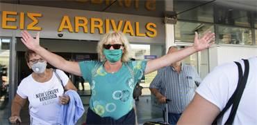 תיירת מגיעה לקפריסין אחרי פתיחת השמיים באיחוד האירופי / צילום: Harry Nakos , AP
