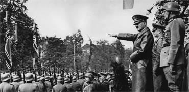 אדולף היטלר מפקד על הכוחות הגרמנים בזמן כיבוש פולין, 1939 / צילום: AP Photo, AP
