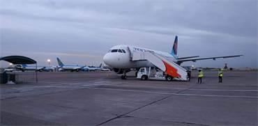 המדינה משתתפת במימון הטיסות: נוסעים עלו בטשקרט על מטוס ישראייר שלקח אותם לבאקו / צילום: מוני שפיר