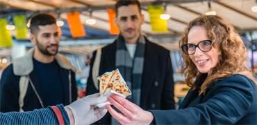 שרון היינריך הדרי במהלך סיור בשוק אוכל בפריז / צילום: שרון היינריך הדרי