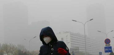מסכה על הפנים ברחובות בייג'ין בנובמבר 2018  בגלל הזיהום / צילום : AP \ Andy Wong