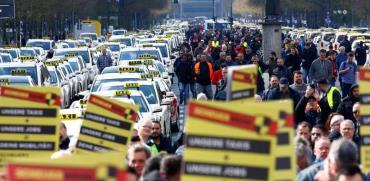 """נהגי מוניות מפגינים נגד """"אובר"""" בגרמניה. / צילום: רויטרס, FABRIZIO BENSCH"""