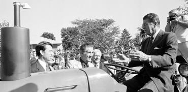"""רוג'ר ג'פסן (במרכז, משוחח עם רייגן). אייפא""""ק סידרה לו קריירה פוליטית קצרה / צילום: AP"""