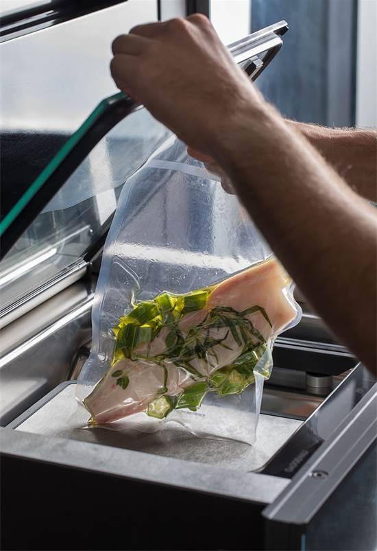 """השף רז רהב למסעדת OCD מבשל עם מוצרי GAGGENAU, הפקה מסחרית מתוך גיליון ספטמבר של מגזין """"ליידי גלובס"""" / צילום: חיים יוסף"""