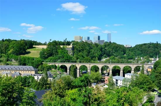 """נוף על העיר לוקסמבורג ממגדלים באזור העסקי """"קירשברג"""" / צילום: Tristan Schmurr"""