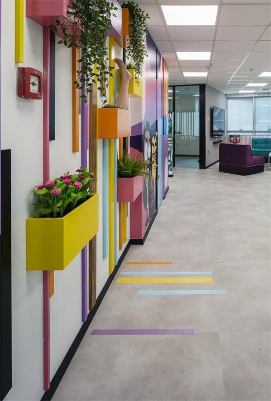 מסדרון ארוך ומשעמם הפך לחי ומעניין / עיצוב: עירית צוקר / צילום: עוזי פורת