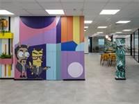 שולחנות עם רגלי בובה וג'ונגל - מותחים גבולות בעיצוב המשרד