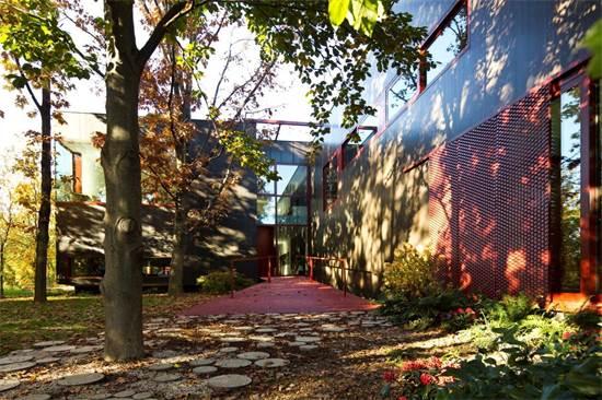 """מבט מהחוץ אל חזית הבית / צילום: יח""""צ טולמנ'ס"""