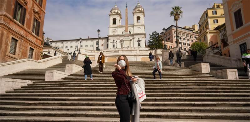 אשה עם מסכה מצטלמת ליד המדרגות הספרדיות ברומא / צילום: Andrew Medichini, AP