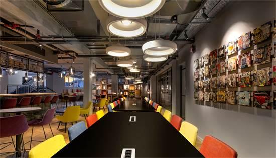 חלל העבודה המרכזי במלון לינק. מאפשר נוחות מרבית בעבודה לאנשי עסקים ופרילאנסרים / צילום: אורי אקרמן