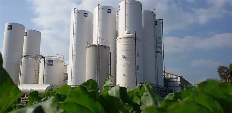 """מכלי ייצור ואחסון דשן של """"דשן הצפון"""". שימוש בטכנולוגיות עכשוויות מבחינת איכות התהליך והסביבה / צילום: יריב קריסטל"""