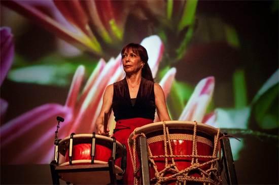 """אורית צלניקר מנגנת על גונגים ועל תופים בהרכב """"טאיקו"""" / צילום: טאיסיה אלטסיניה"""