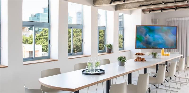 חדר ישיבות גדול ב-Meet in Place. להשתמש לפי דרישה / צילום: סיון אסקיו Sivan Asakyo