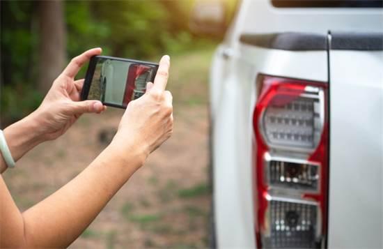 בעת תאונה קבלת שירות יעיל בערוצים הדיגיטליים של חברת הביטוח משחקת תפקיד / צילום: Shutterstock/א.ס.א.פ קרייטיב